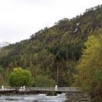 Gangbru over utløpet av Tonahølen. Illustrasjon: Sunnfjord Energi / Multiconsult